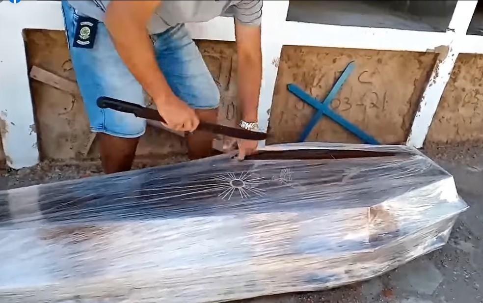 Vereador será investigado após quebrar protocolos sanitários ao abrir caixão  lacrado em cemitério de MG; veja vídeo | Vales de Minas Gerais | G1