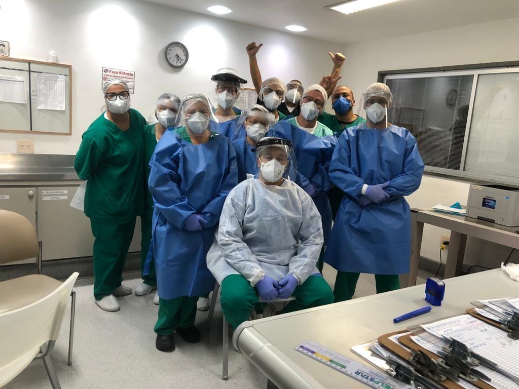 Pacientes curados da Covid-19 homenageiam profissionais da saúde em Petrópolis, no RJ