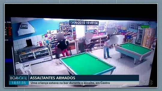 Assaltantes armados rendem clientes e criança durante roubo a bar, em Castro