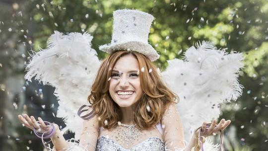 Lorena Comparato entra no clima da folia e faz ensaio com fantasias de Carnaval