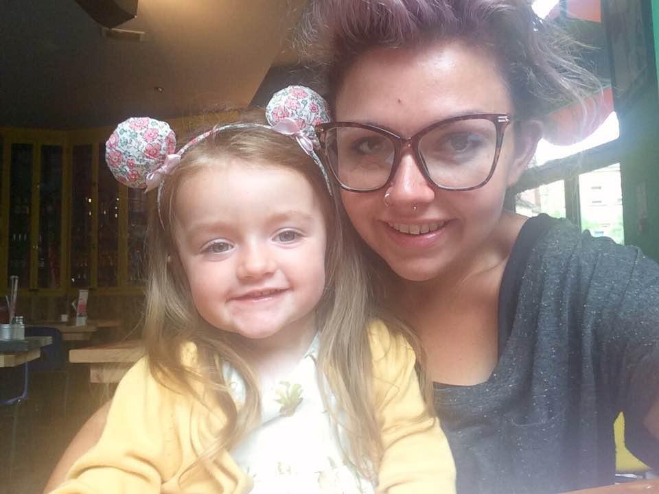 Laura e a pequena Olivia (Foto: Reprodução/ Facebook)