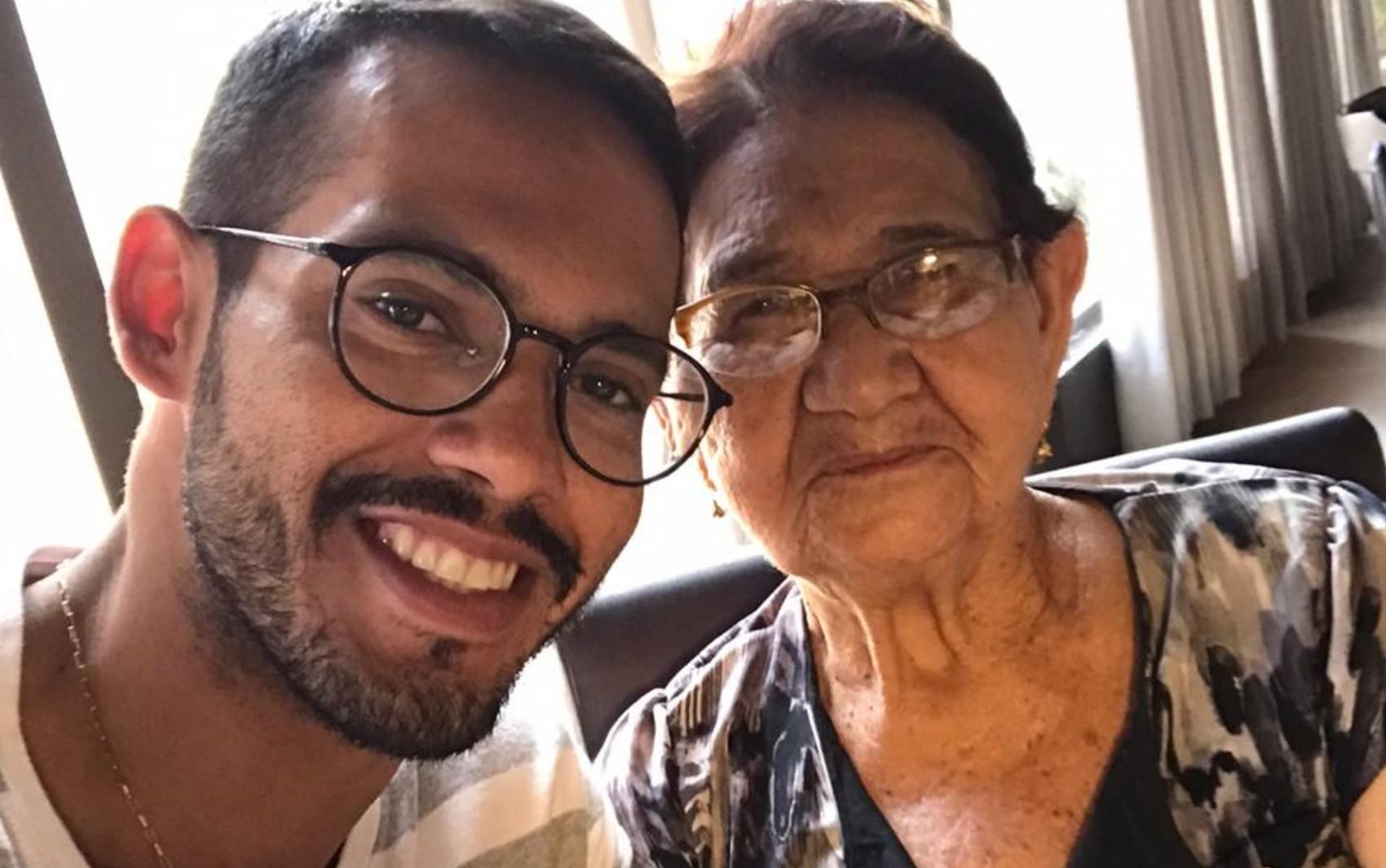 Professor alfabetiza avó de 85 anos durante isolamento social causado pelo coronavírus, em Goiânia