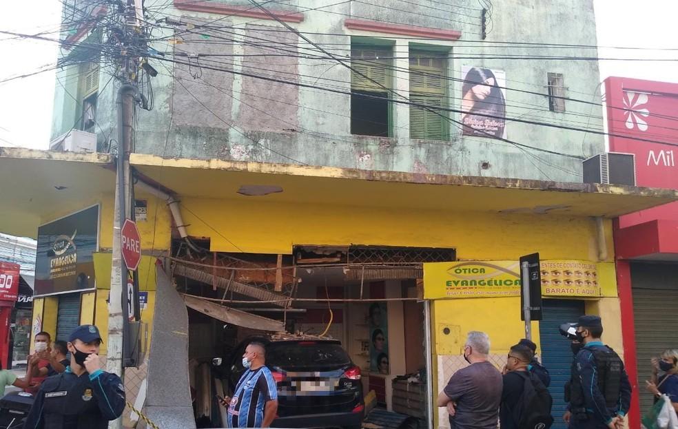 Carro desgovernado saiu de estacionamento e invadiu loja no Centro de Fortaleza — Foto: Arquivo pessoal