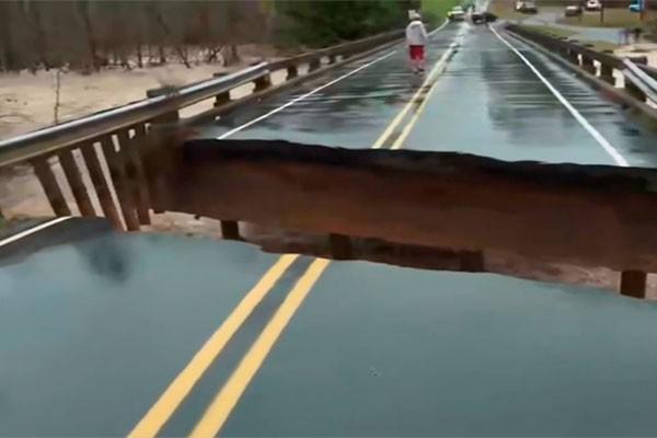 Ponte entra em colapso com a força das águas e quase leva equipe de TV (Foto: reprodução)