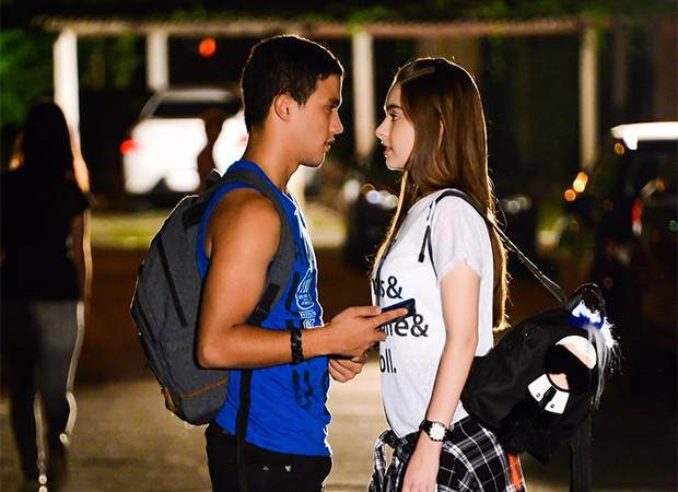 Guilherme (Lawrran Couto) e Raquel (Bella Moreira) quase se beijam (Foto: João Raposo/ SBT)
