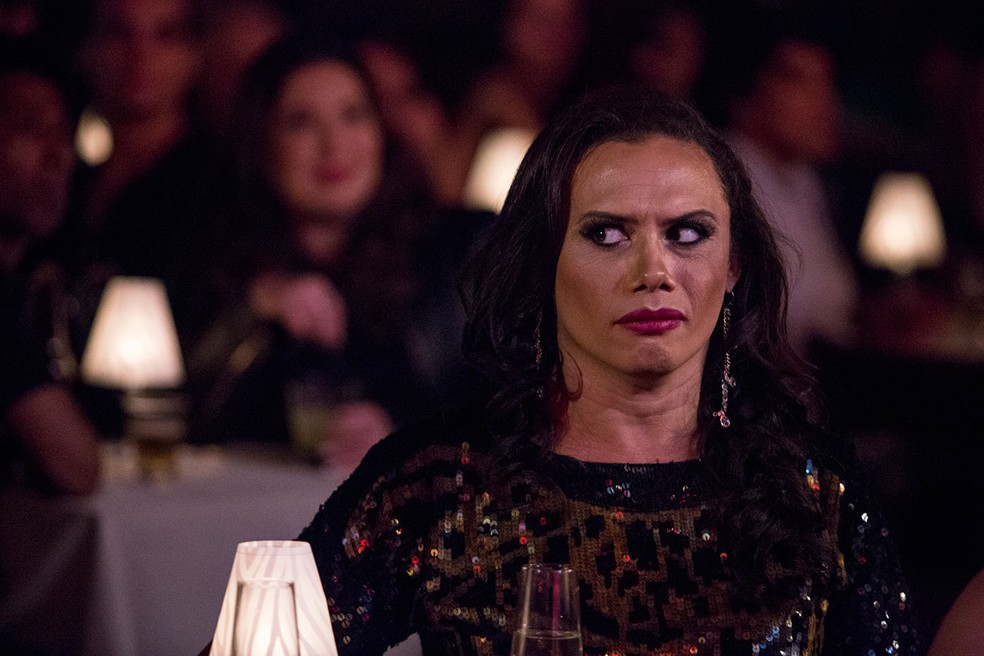 Em 'A Força do Querer', Elis Miranda (Silvero Pereira) encontra Biga (Mariana Xavier) no show de Jane Di Castro — Foto: Fábio Rocha / Gshow