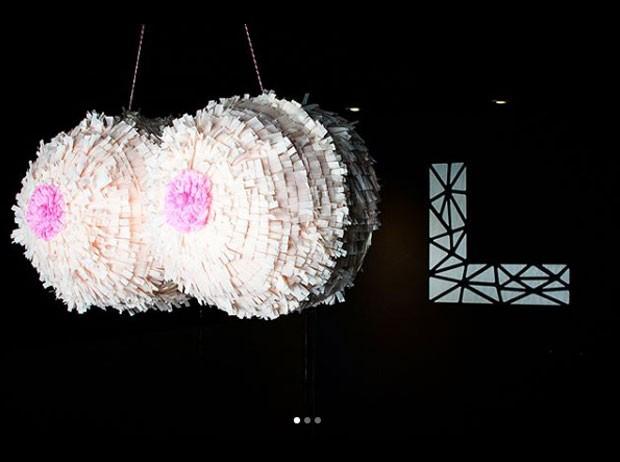 A piñata em forma de seios do chá de cueca de Júlio Cocielo (Foto: Reprodução Intagram)
