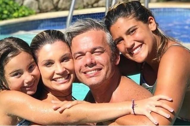 Otaviano Costa com a mulher, Flávia Alessandra, a filha Olívia e a enteada, Giulia Costa (Foto: Reprodução/Instagram)
