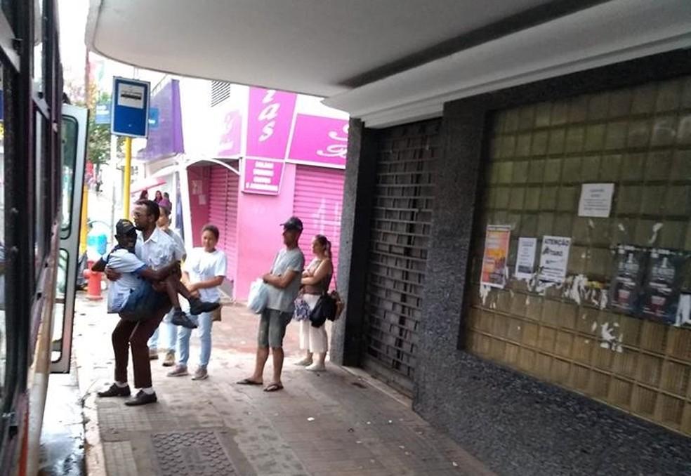 Foto de motorista ajudando deficiente a entrar no ônibus fez sucesso nas redes sociais — Foto: Angela Silva