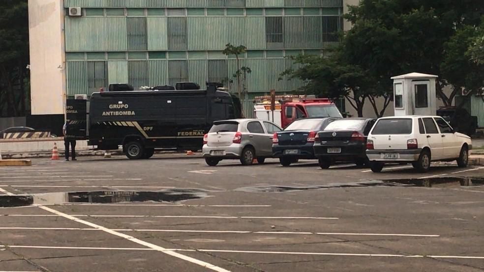 Polícia investiga objeto deixado próximo ao Ministério do Planejamento — Foto: Camila Guimarães/TV Globo