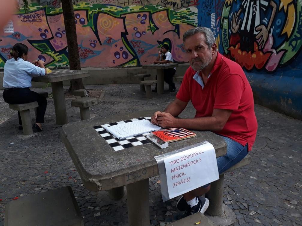 Silvério oferece aulas de graça de Física e Matemática em Botafogo (Foto: Daiene Santos/G1)