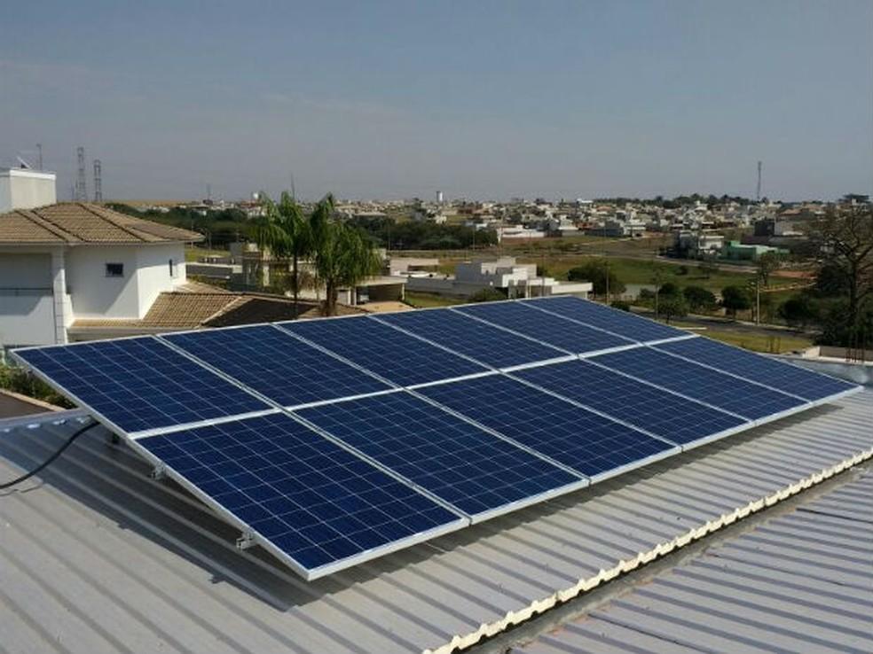 Painéis solares instalados no telhado da casa captam a luz do sol — Foto: Divulgação