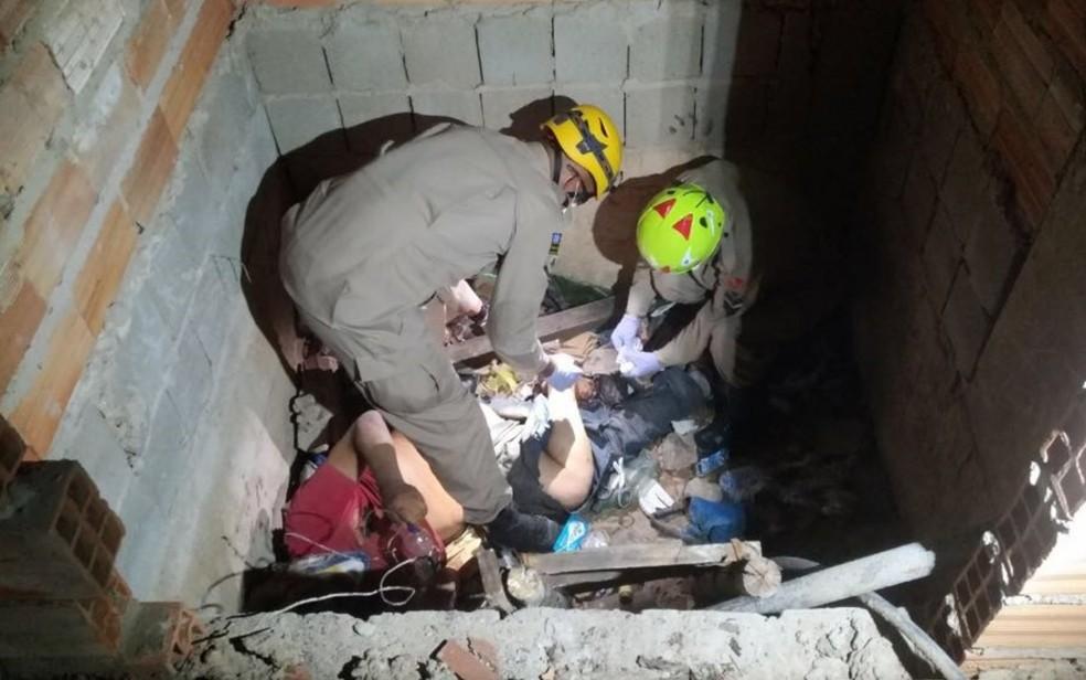 -  Idoso é resgatado 4 dias após cair no fosso de elevador de prédio inacabado  Foto: Divulgação/Corpo de Bombeiros
