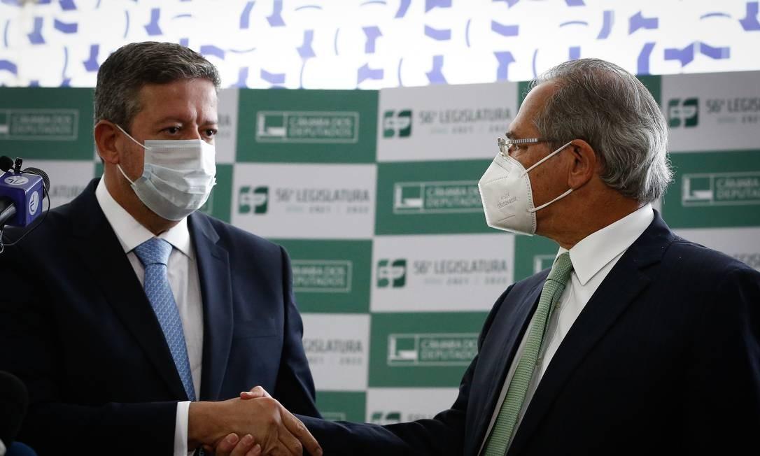 O presidente da Câmara, Arthur Lira (PP-AL), recebe a reforma tributária das mãos de Paulo Guedes