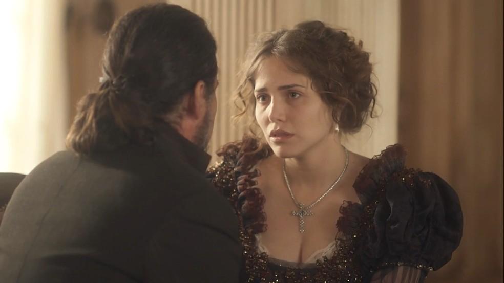 Bonifácio (Felipe Camargo), mais uma vez, diz o quanto ama Leopoldina (Letícia Colin) e os dois quase se beijam, em 'Novo Mundo' — Foto: TV Globo