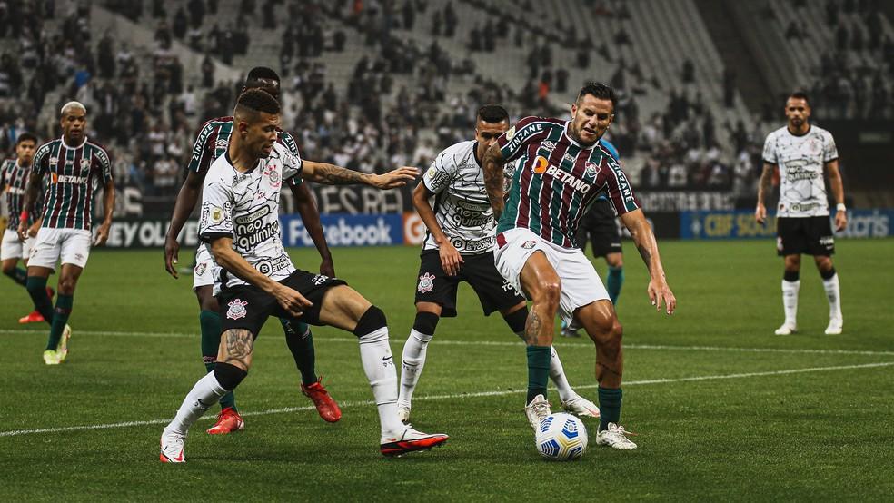 Bobadilla em ação pelo Fluminense na derrota para o Corinthians — Foto: LUCAS MERÇON / FLUMINENSE F.C.