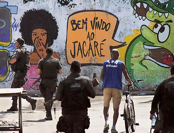 Ações policiais na favela do Jacarezinho são constantes. Os moradores convivem com medo de balas perdidas, do tráfico e da polícia (Foto: COELHO/FRAMEPHOTO/AGÊNCIA O GLOBO)