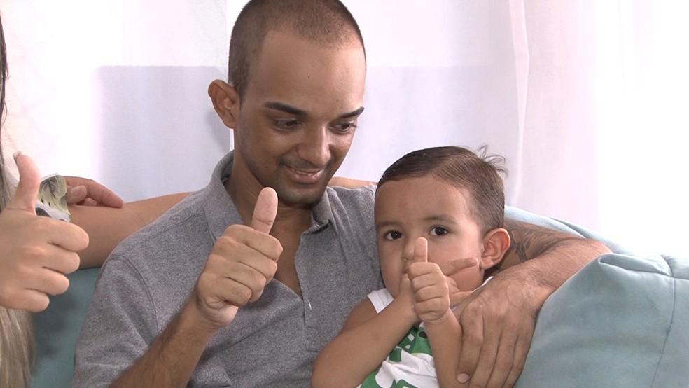 Victor Cout com o filho durante entrevista ao G1 (Foto: Miguel Folco/ G1)