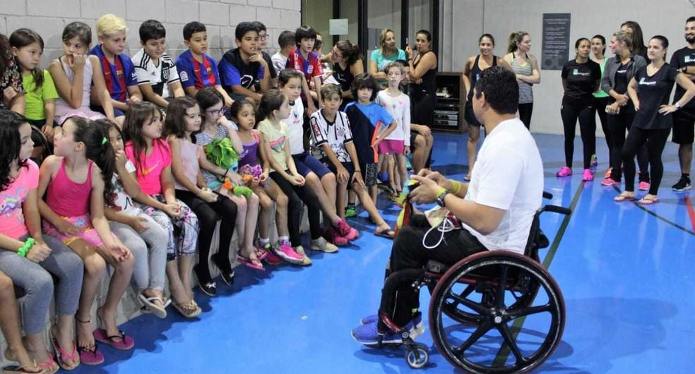 Clodoaldo Silva dá palestra para crianças — Foto: Arquivo Pessoal