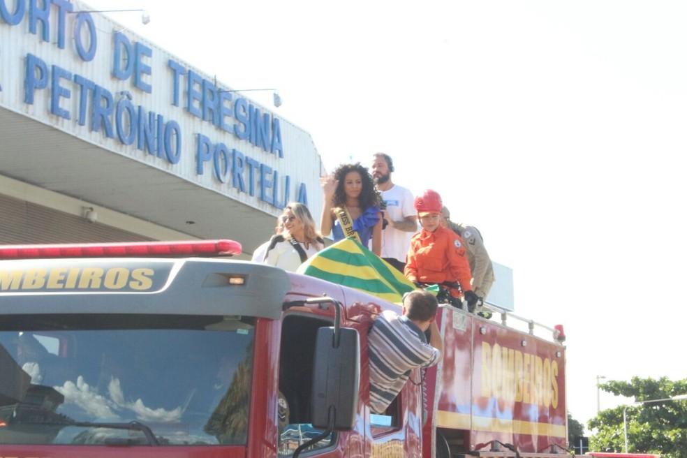 Miss Brasil foi carregada em carro do Corpo de Bombeiros (Foto: Carlos Rocha/G1)