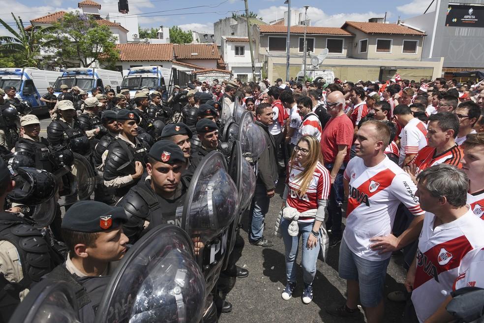 Torcida do River Plate decepcionada com mais uma adiamento — Foto: Santiago Viana/AFP