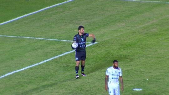 Danielzinho recebe a bola de Sobral, bate pro gol e Matheus faz a defesa aos 11' do 1T