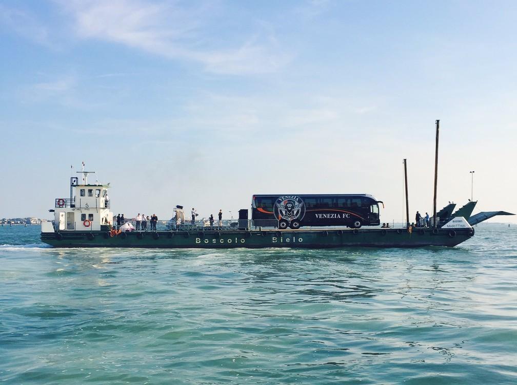 Ônibus do Venezia parte, de balsa, para um dos jogos do time no estádio Pier Luigi Penzo — Foto: Divulgação/Venezia FC