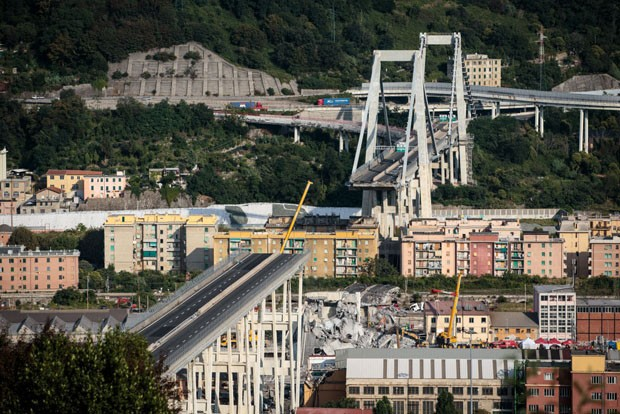 GENOA, ITALY - AUGUST 17: The Morandi Bridge still partially stands after a large section of it collapsed earlier this week on August 17, 2018 in Genoa, Italy. At least 38 people were killed and five remain missing after the Morandi highway bridge collaps (Foto: Getty Images)