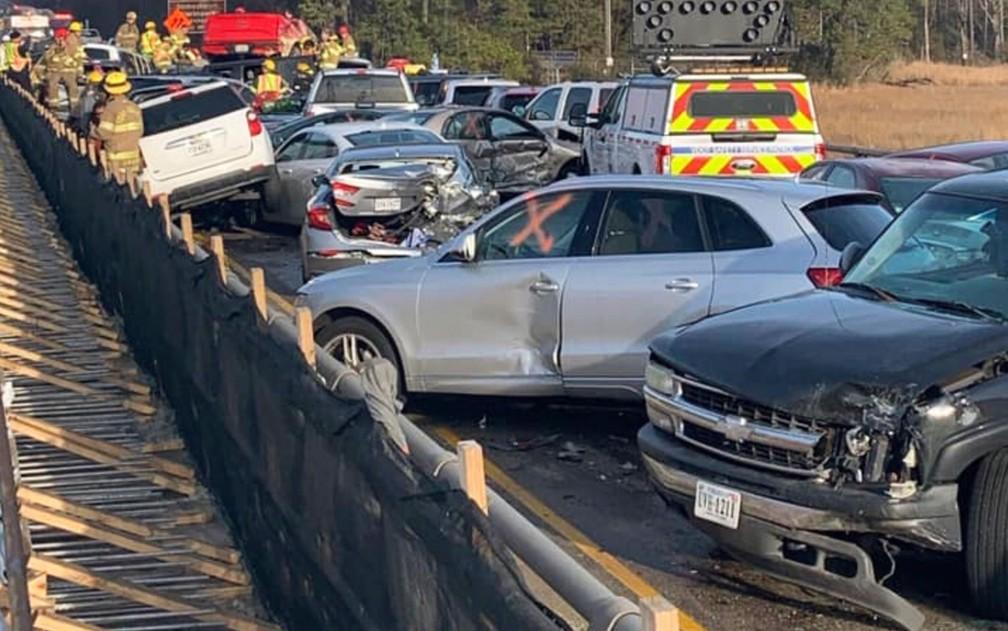 Equipes de emergência trabalham em local de acidente na Interstate 64, no condado de York, em Virginia, nos EUA, no domingo (22) — Foto: Virginia State Police via AP