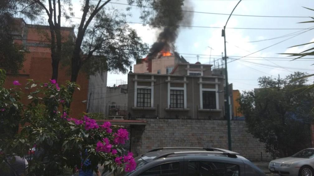Prédio é visto em chamas no distrito de colonia Roma após terremoto atingir a Cidade do México (Foto: Miguel Angel Quisberth Cordero/Reuters)