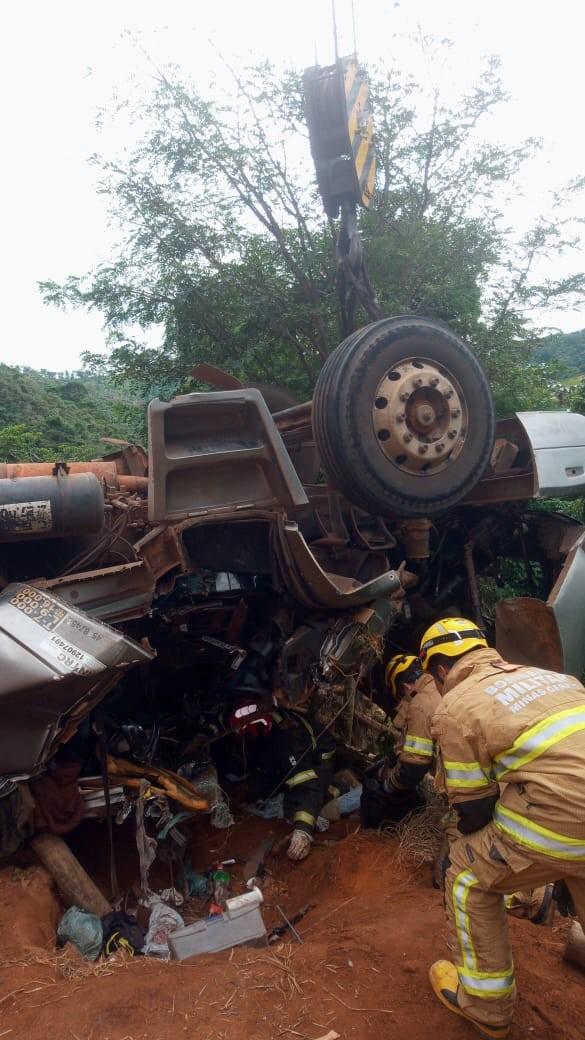 Homem morre após caminhão capotar na LMG-758 e corpo é retirado cerca de 10h depois com ajuda de guindaste
