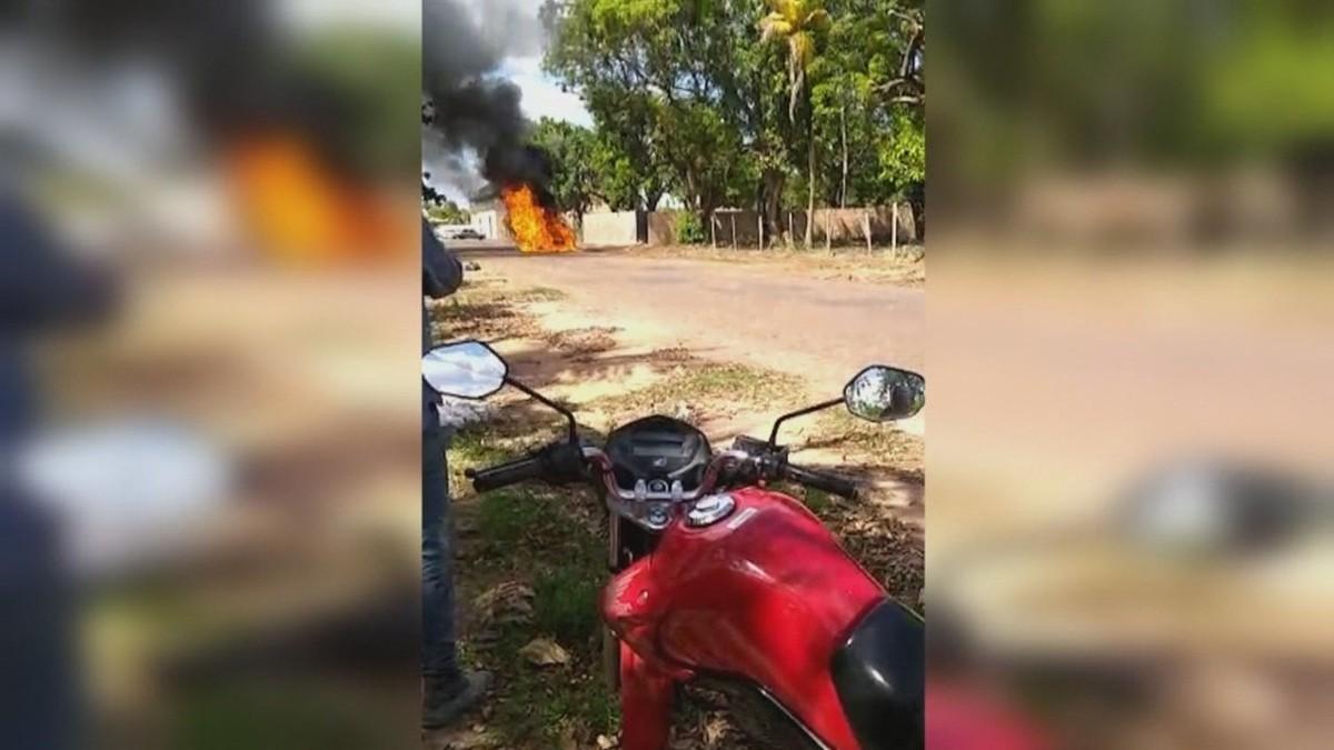 Carro pega fogo e cinco pessoas escapam sem ferimentos na zona Oeste de Boa Vista; veja vídeo