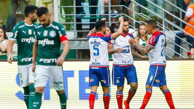 Gilberto comemora gol de pênalti pelo Bahia