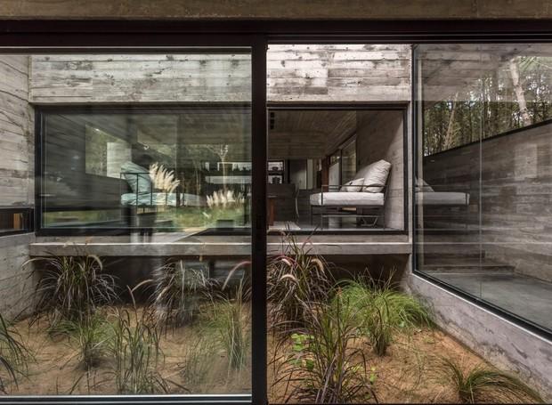 As portas de vidro no interior conectam os cômodos da casa (Foto: Federico Kulekdjian)