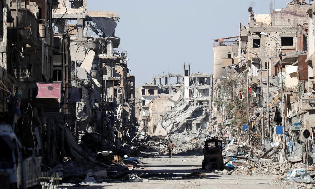 Combatente das FDS caminha em meio a ruinhas da cidade de Raqqa (Foto: REUTERS/Erik De Castro)