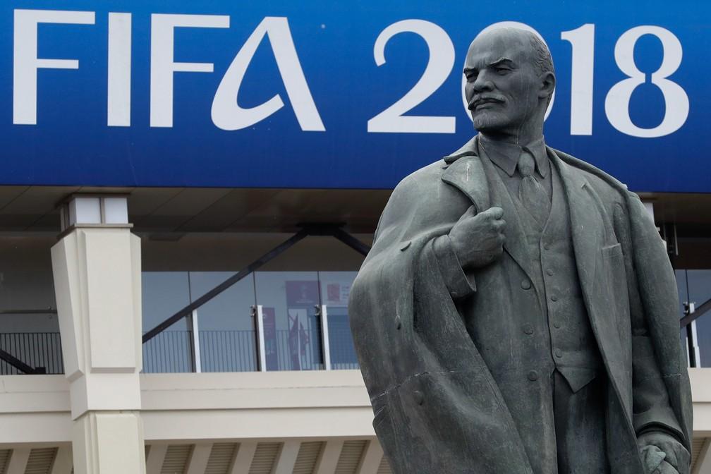 Estátua de Lenin é vista com um cartaz da Copa do Mundo 2018 ao fundo  no estádio Luzhniki em Moscou, na Rússia (Foto: Matthias Schrader/AP)