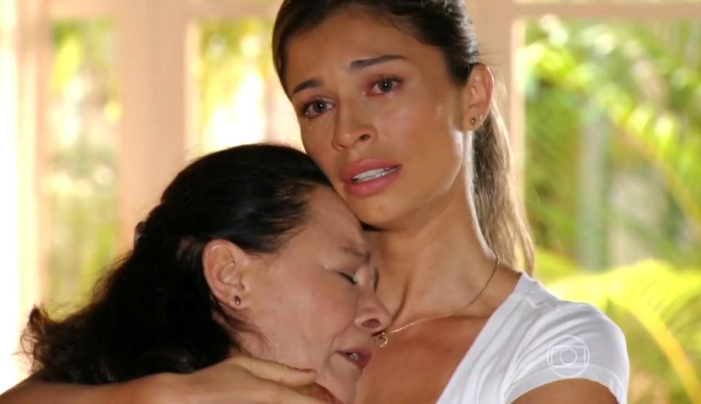 Ester (Grazi Massafera) e Olívia (Bete Mendes) choram pela 'morte' de Cassiano (Henri Castelli), em 'Flor do Caribe' — Foto: Globo