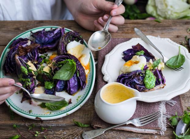 Repolho roxo assado com ovo poché e molho hollandaise com ciboulette (Foto: StockFood /Great Stock!)