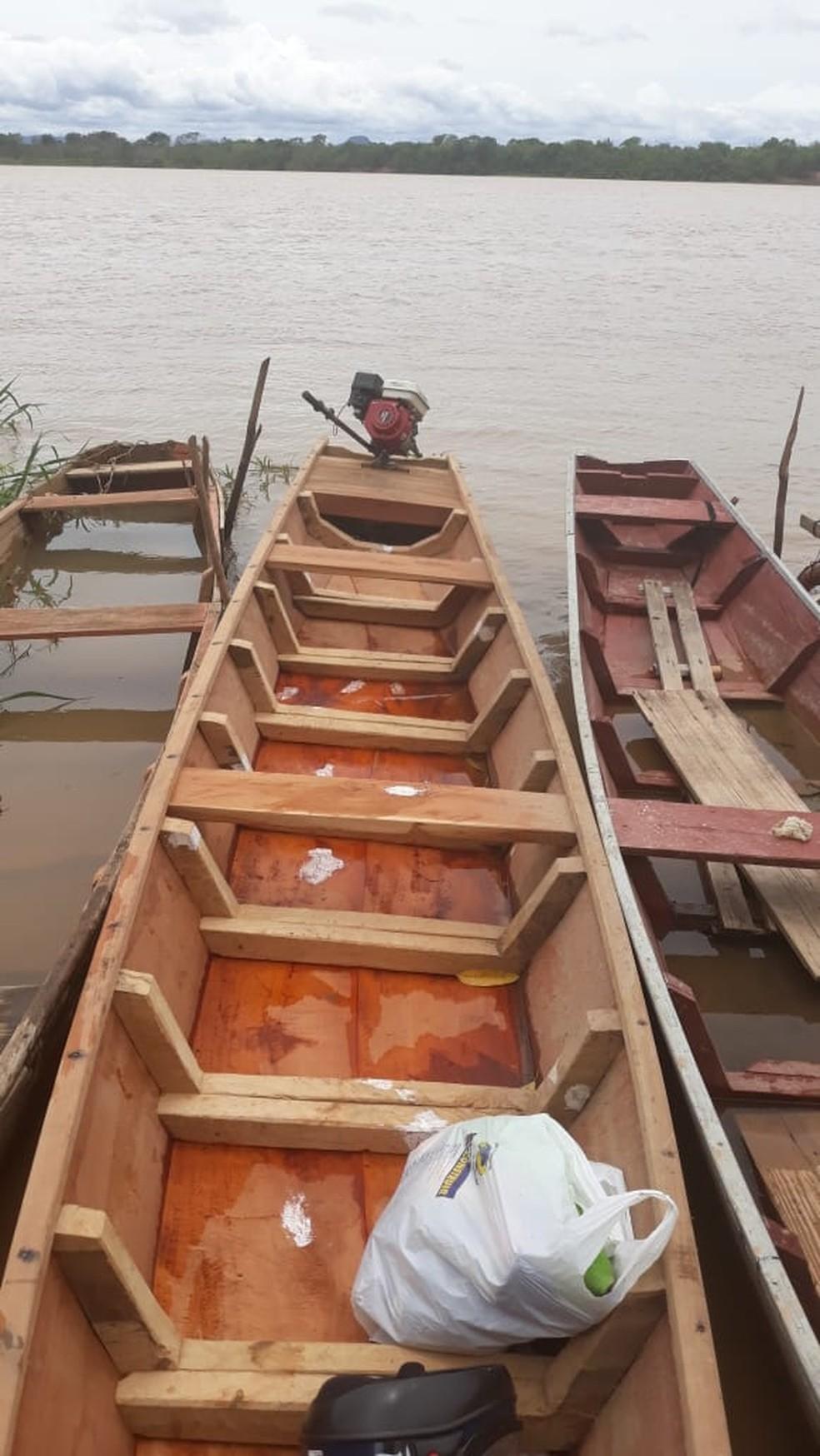 Segundo a PM, criminosos afundam barcos colocando madeira e pedras — Foto: Polícia Militar / Divulgação
