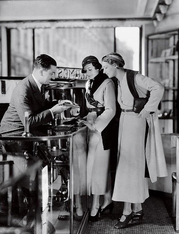 Na fábrica da Hermès há 81 anos... O lenço quadrado tem o mesmo tamanho desde sua criação: 89 cm na diagonal (Foto: .)