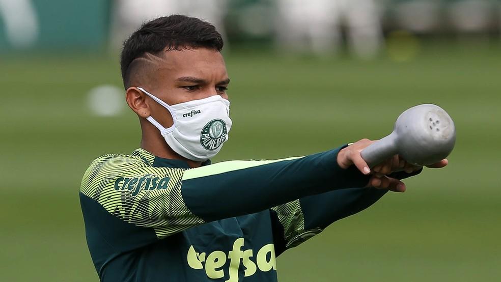 Gabriel Veron, de máscara, durante treino no Palmeiras — Foto: César Greco/Ag.Palmeiras