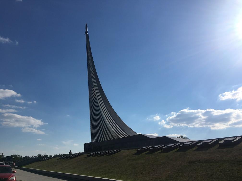 O museu fica embaixo do Monumento aos Conquistadores do Espaço, uma escultura de aço e titânio com mais de 100 metros de altura. (Foto: G1/ Adriane Schultz)