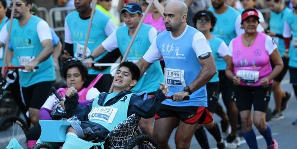 Participantes correm juntos todo o percurso, sempre pela lateral das vias, como forma de segurança — Foto: Divulgação/FMA