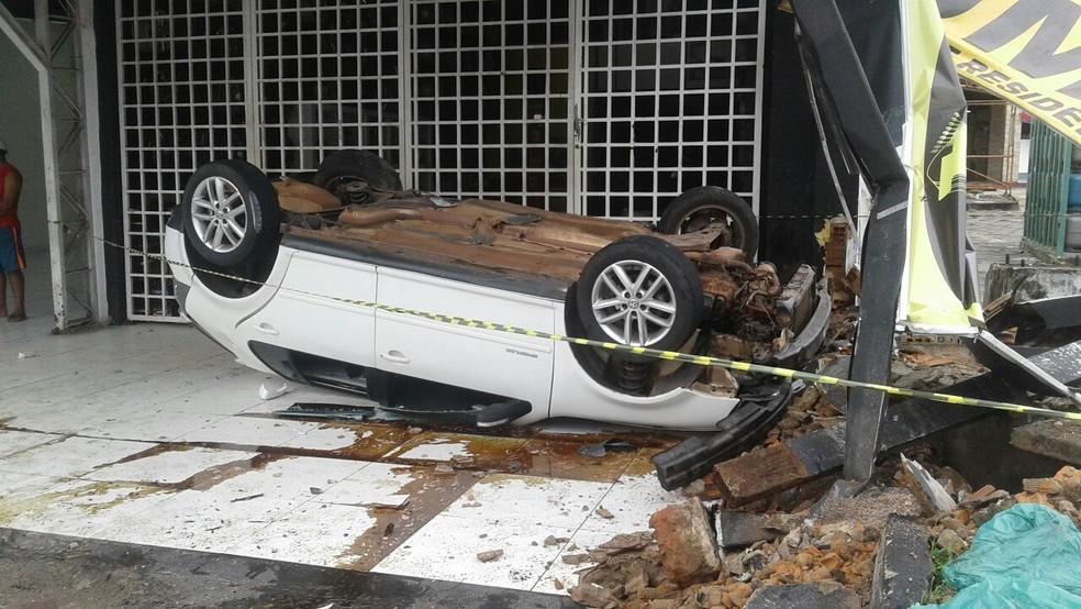 Motorista fica gravemente ferido após capotamento de carro na curva do 90 em São Luís. (Foto: Divulgação)
