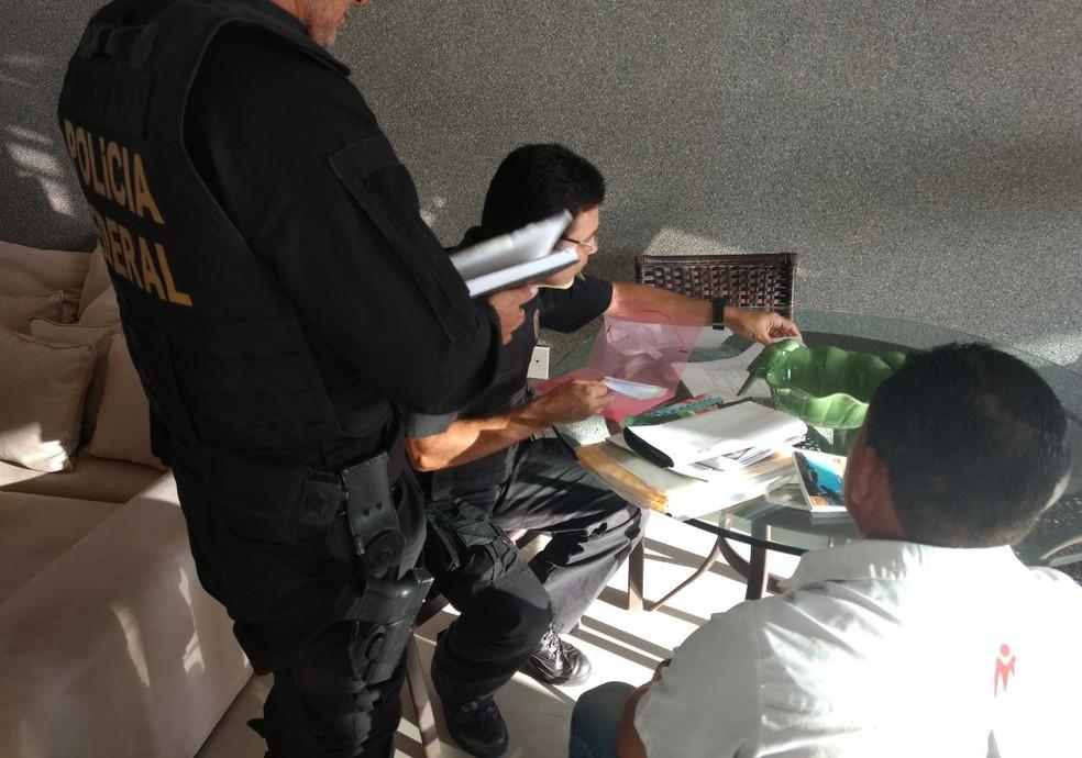 Policiais cumprem mandados de busca e apreensão em Maceió (Foto: Ascom/PF)