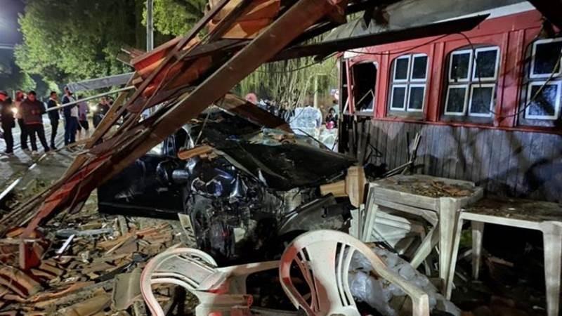 Motorista perde controle de carro, atropela homem e bate em trailer em Cataguases