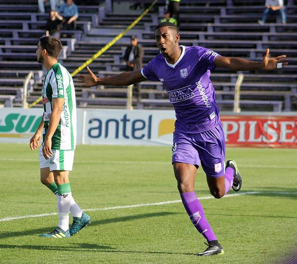 Carneiro não joga desde novembro do ano passado (Foto: Divulgação/Defensor Sporting)