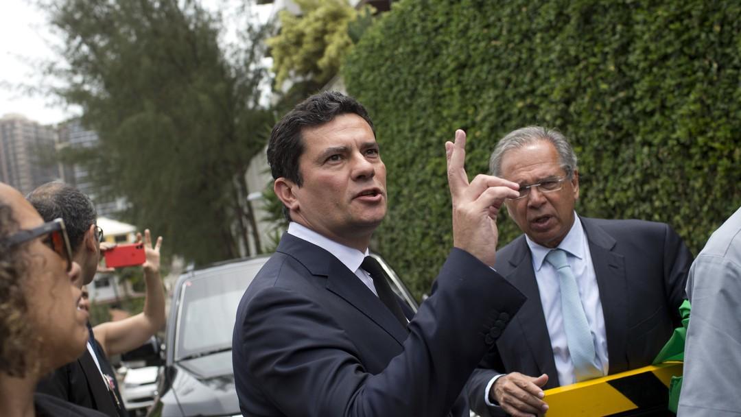 Resultado de imagem para Moro aceita convite para ser ministro da Justiça e diz que vai se afastar de audiências da Lava Jato