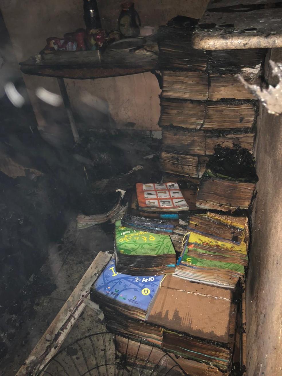 Livros foram atingidos pelo fogo durante incêndio em escola na região metropolitana de Natal — Foto: Cedida