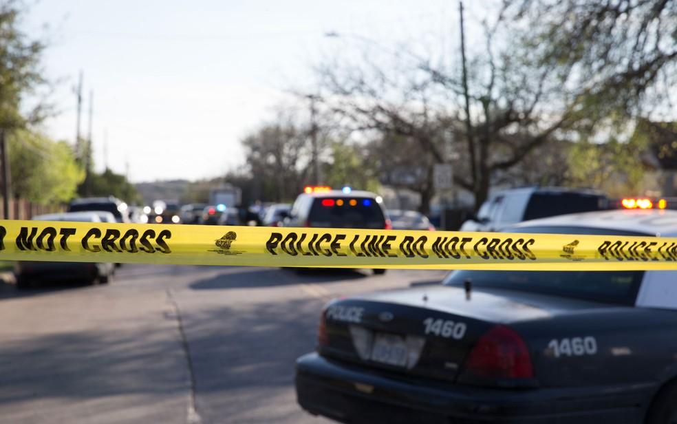 -  Viaturas são vistas perto de onde uma mulher de 75 anos ficou gravemente ferida por uma explosão após abrir um pacote deixado na porta de sua casa, n